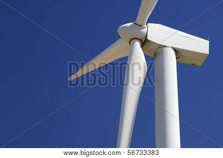 primeiro plano da parte superior de um moinho de vento para produção de energia elétrica renovável