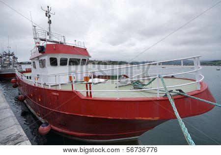 voorgrond van de boog van een vissersboot gedokt aan de haven van San Vicente de la Barquera, Asturias,