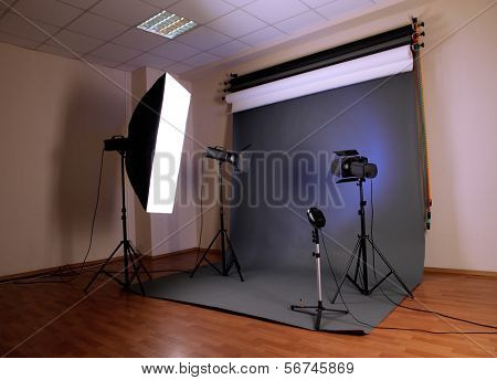 estúdio de fotografia com o equipamento de iluminação