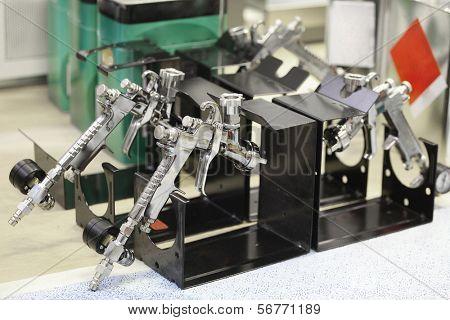 Pistolas neumáticas en un soporte