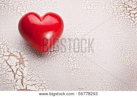 Valentinstag. Rotes Herz auf einem Holztisch weiß Risse.