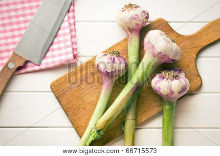 the fresh garlic on cutting bard