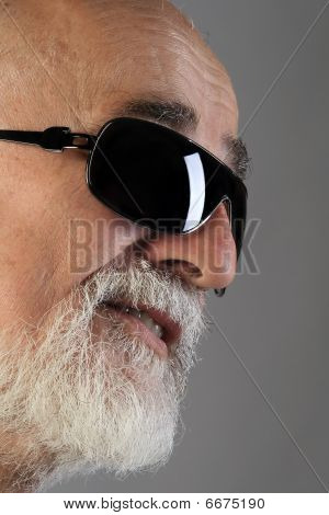 Senior mit Sonnenbrille