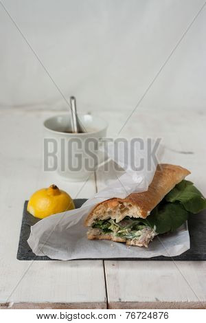 Poultry sandwich with white bread and green salad