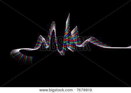 Faixa de LED colorido em forma de ondas em fundo preto.