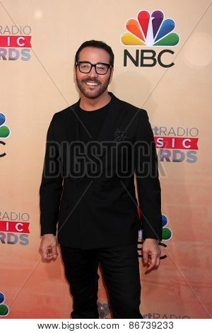 LOS ANGELES - MAR 29:  Jeremy Piven at the 2015 iHeartRadio Music Awards at the Shrine Auditorium on March 29, 2015 in Los Angeles, CA