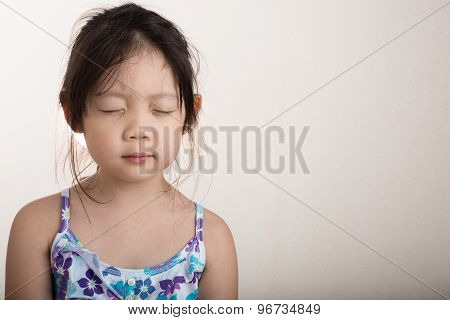 Child Doing Meditation / Child Doing Meditation Background