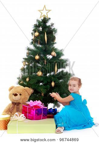 The little girl at the Christmas tree