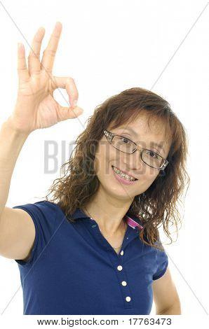 Mulher fazendo um gesto de