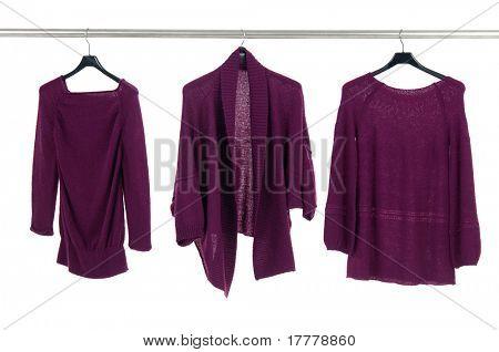 Rote weibliche Jacke auf Kleiderbügel