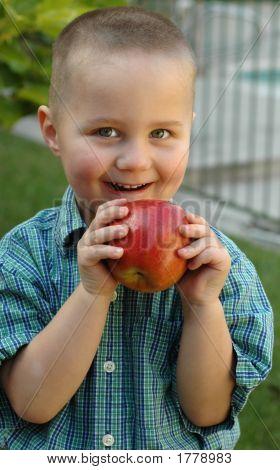 Joven merendar en una jugosa manzana