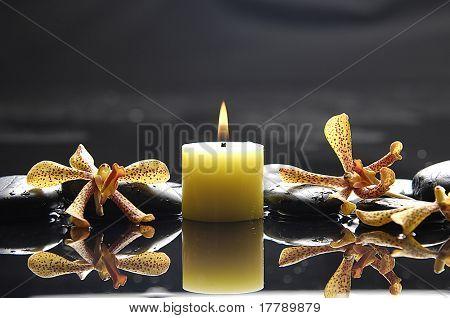 ruhige Spa Szene Aromatherapie Kerze und Zen Steine mit gelbe Orchidee