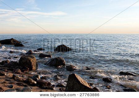 Escena de la playa rocosa de Hammonasset