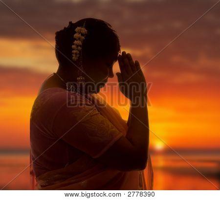 Namaste bei Sonnenuntergang