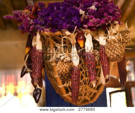 Hängenden Korb mit lila Mais und Blumen mexikanischer Dekoration