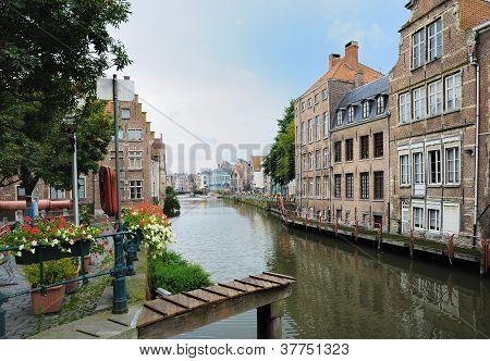 Kanal im Zentrum von Gent-Belgien