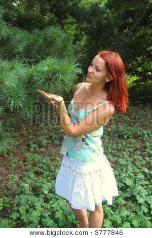 red haired Girl und der grünen Baum