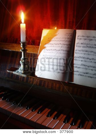 Klavier & in die Kerze-Beleuchtung