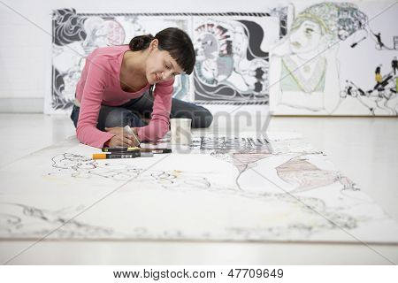 Junge Künstlerin, die auf große Papier zu Hause Konstruktionsbüro