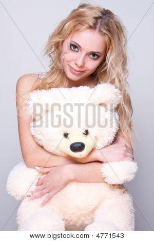 Hermosa chica con un oso de peluche