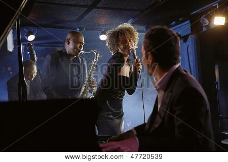 Músicos del jazz en el club