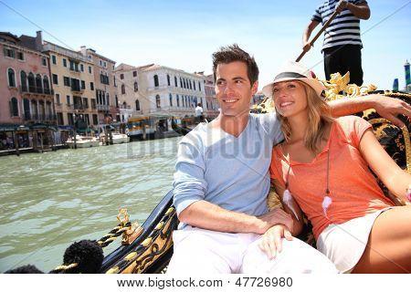 Pareja en tener una góndola en el canal grande de Venecia