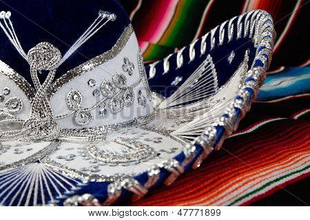 Sombrero mexicano en manta colorida