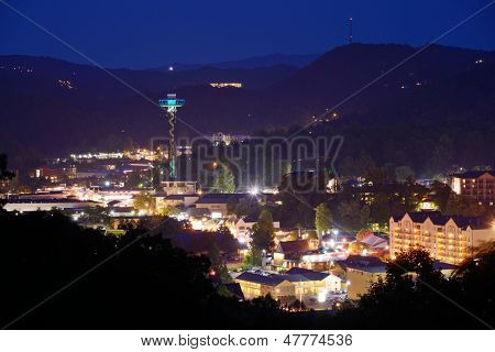 Die Skyline der Innenstadt von Gatlinburg, Tennessee, USA in den Great Smoky Mountains.