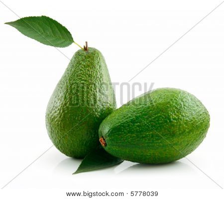 Reife Avocado with green Leaf isolated on white