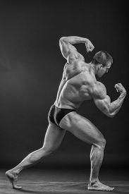 foto of bodybuilder  - Muscular man bodybuilder - JPG