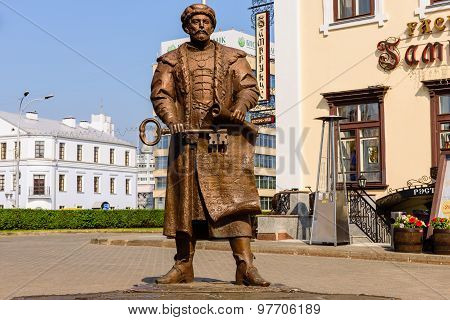 a statue depicting the head of the Minsk city Council with key to the city