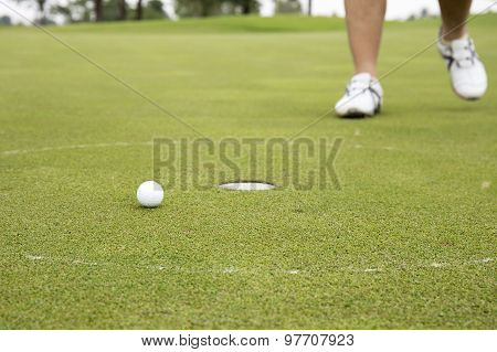 Golfplayer Walking To Hole