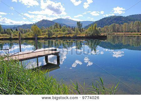 Lago de otoño que refleja