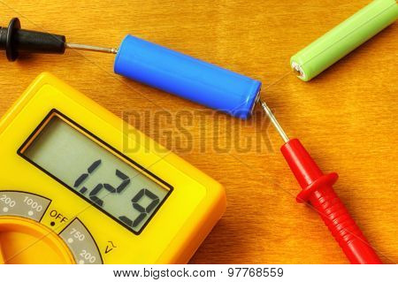 Measuring with digital multimeter of rechargeable battery