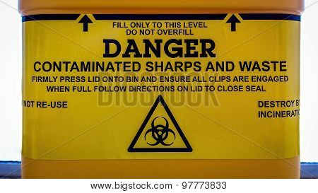 Warning label for a sharps bin