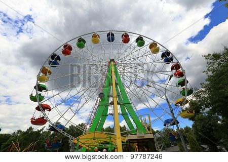 Ferris wheel on a cloudy day