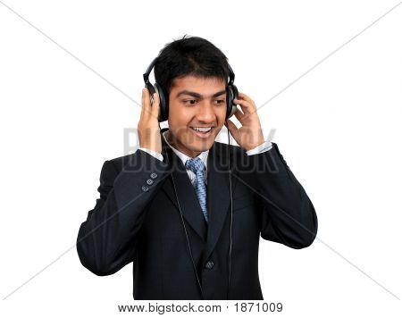 jungen indischen Geschäftsmann Musikhören