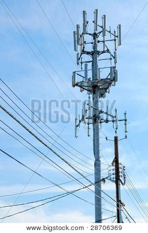 Torre de telefonia celular se levanta contra um céu azul