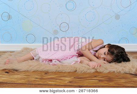 süße kleine Mädchen schlief auf pelzigen braun Teppich
