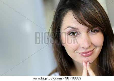Attractive brunette woman with doubtful look