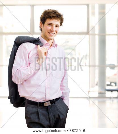 Mühelose Geschäftsmann in Bürogebäude