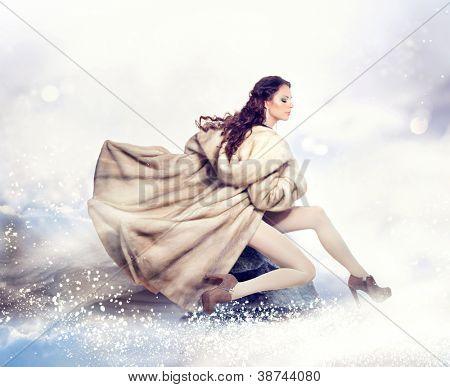 Fashion schöne Winter-Frau im Luxus Nerz Pelzmantel