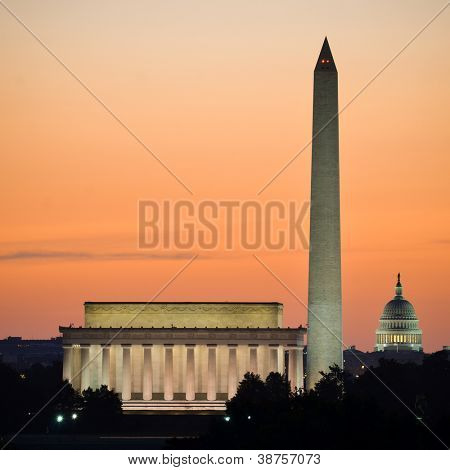 Horizonte de Washington DC al amanecer como Lincoln Memorial, Washington Monument y Estados Unidos C