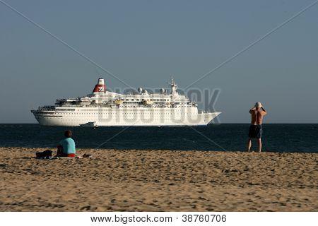PORTIMAO, PORTUGAL - OCT 16: aus dem Strandbereich bekannt wie Praia da Rocha, Touristen und einheimischen watch