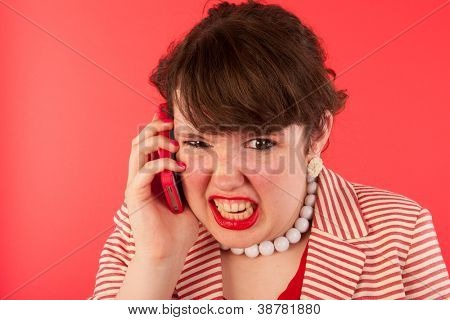 Junge Frau hat einen wütenden Anruf auf dem smartphone