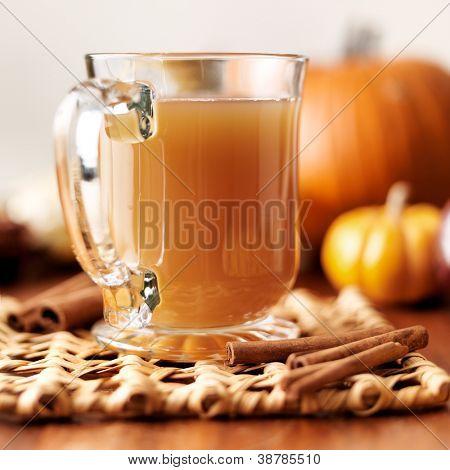 vaso de sidra de manzana con caída fondo temático closeup
