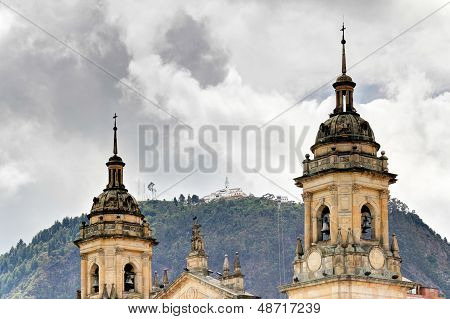 Catedral de Bogotá con Monserrate
