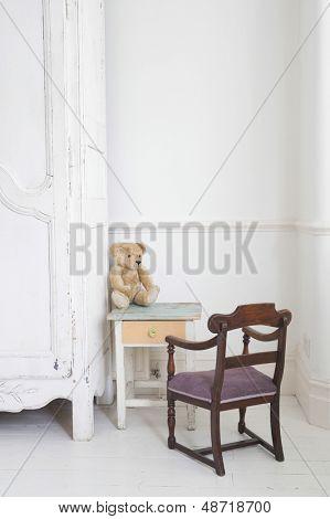 Ansicht der Teddybär auf Kindes Studie Tisch Schrank