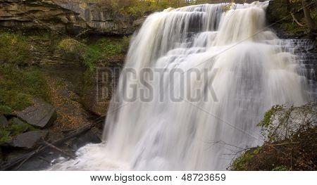 Brandywine Falls en el paisaje de otoño