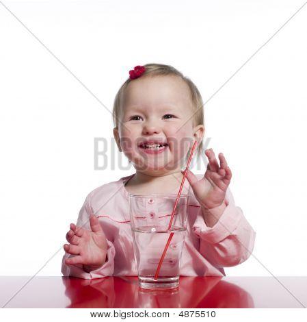 Glücklich Kleinkind mit Glas Wasser